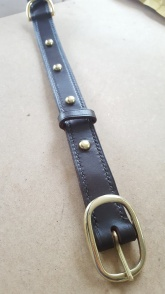 Straight stitching, fixed keeper, d-ring and brass studs