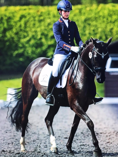 Robyn Walker riding Uthopia Black Pearl
